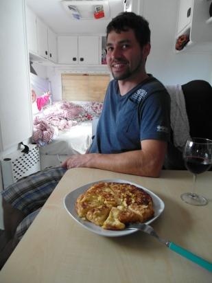 Während wir Tortilla essen, genießt Emilia die Aussicht aus dem Schlafzimmer