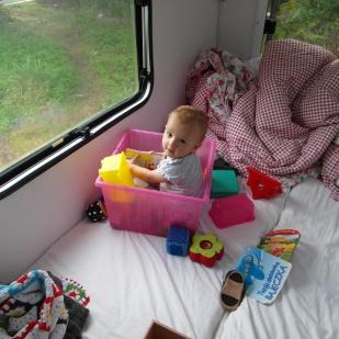 Tagsüber wird unser Bett zu Emilias Kinderzimmer umfunktioniert