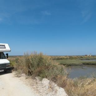 Picknickplatz an einem Sumpfgebiet bei Setubal inmitten von Flamingos