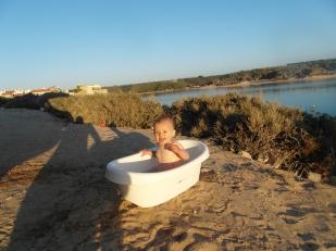 Emilia badet fast jeden Abend unter freiem Himmel